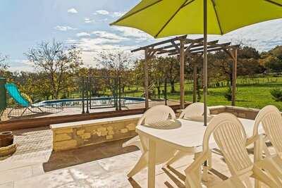 Très jolie maison moderne avec piscine et jardin privatif