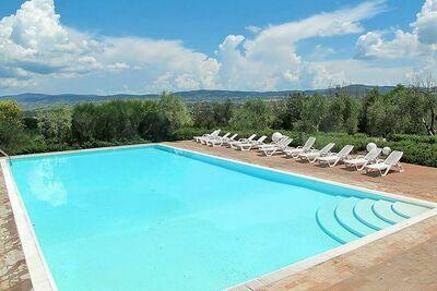 Appartement dans médiéval Asciano avec 2 piscines dans les collines de Sienne