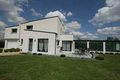 Villa moderne avec piscine intérieure chauffée et à 2,5 km de la mer et la plage