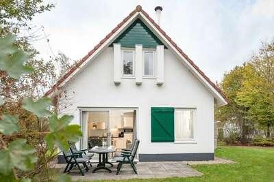 Maison restylée avec cheminée, entourée de verdure