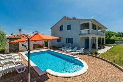 villa spacieuse avec piscine privée et un grand jardin