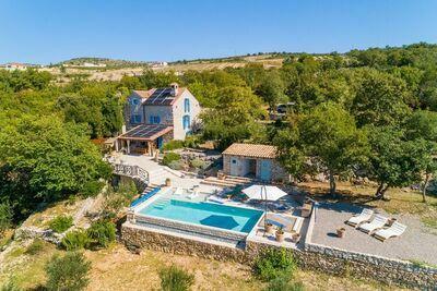 Magnifique Villa avec piscine et vue mer entourée d'oliviers