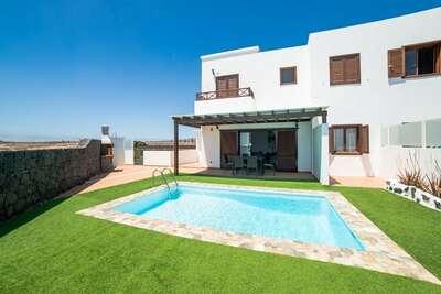 Jolie maison de vacances à Playa Blanca avec piscine