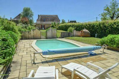 Située au calme, maison de ferme avec piscine privée chauffée.