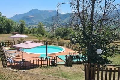 Villa à flanc de colline avec piscine
