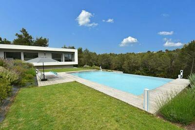 Villa moderne et luxueuse avec 4 suites et une grande piscine chauffée