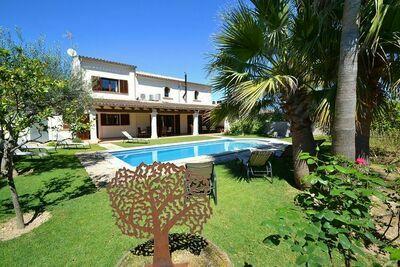 Villa luxueuse avec piscine privée, intérieur moderne, situé au centre