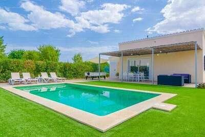 Villa moderne de plain-pied pour 4personnes avec piscine privée, terrasse et trampoline
