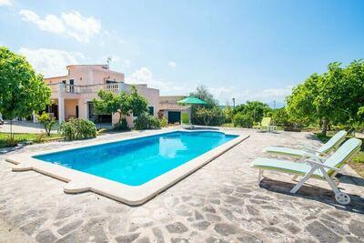 Maison avec piscine privée, jardin avec arbres fruitiers et terrasse