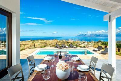 Villa élégante avec piscine privée et vue mer