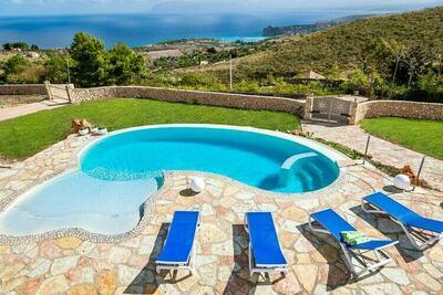 Jolie petite villa avec piscine privée et vue magnifique sur la mer