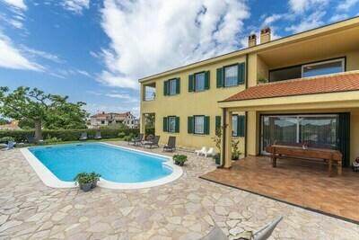 Spacieux appartement de deux chambres avec piscine partagée près de Rovinj