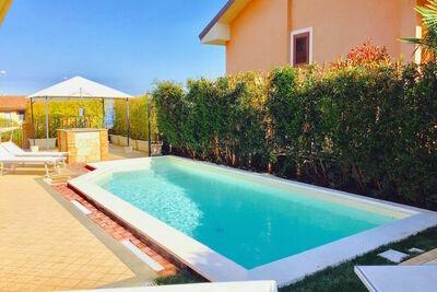 Villa avec piscine privée, située dans un quartier résidentiel au pied de l'Etna
