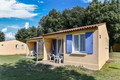 Gîte le Chêne Vert dans parc de vacances avec piscine et activités