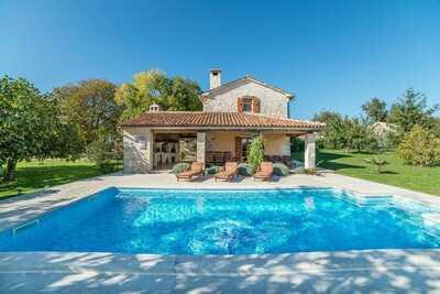 Ancienne maison istrienne restaurée avec piscine privée dans un quartier calme