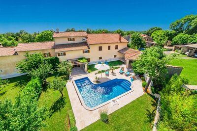 Belle maison de vacances située dans la ville de Slivari avec piscine privée