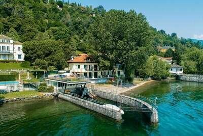 Maison à Meina au bord du lac avec piscine et marina