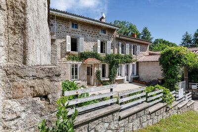Jolie gîte dans la Loire, spacieux avec grand jardin a cote petite riviere