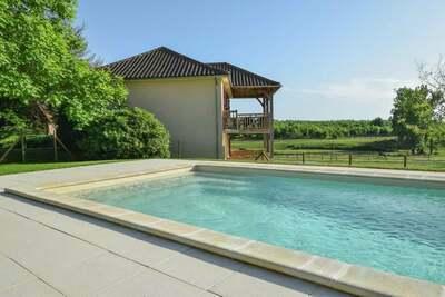 Maison individuelle avec une vue imprenable et une piscine privée chauffée.