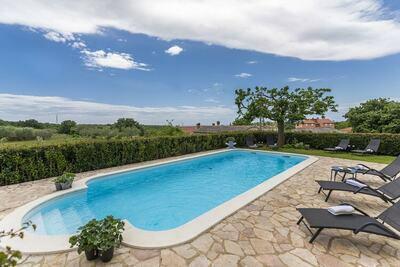 Appartement de deux chambres avec piscine partagée près de Rovinj