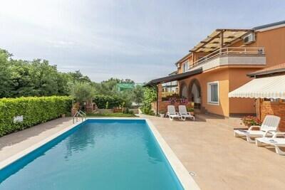Appartement de style avec piscine à Višnjan