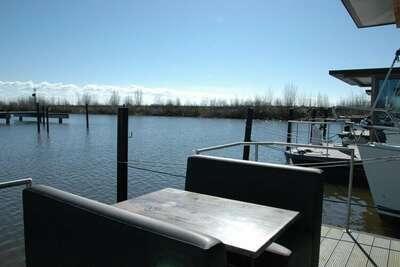 Belle péniche dans le port de Volendam près du centre