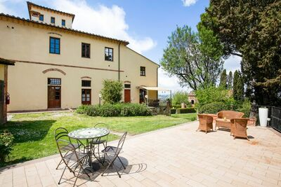 Ferme spacieuse à Peccioli avec terrasse couverte