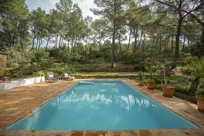 Maison dans une zone boisée, piscine privée et une terrasse ensoleillée à Ibiza