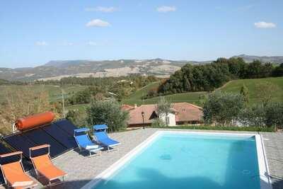 Belle villa à Cagli avec jardin privé et barbecue