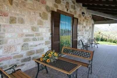Maison de vacances pittoresque à Cagli avec terrasse couverte et barbecue