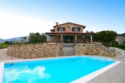 Villa intemporelle à Cagli avec jardin et piscine