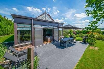 Très agréable villa soignée, avec grande véranda, superbe vue, grand jardin