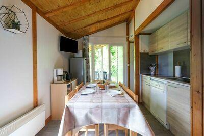 Chalet numéro 29, confortable, à Signy-le-Petit avec terrasse couverte