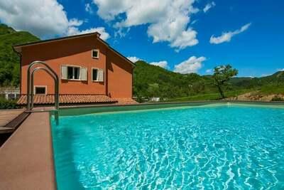 Jolie maison de vacances à Borgo Pace avec une terrasse et un barbecue
