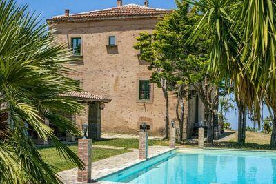 Charmante maison de vacances à Ficarra avec jardin meublé