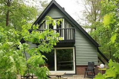 Bungalow confortable avec une cheminée dans la forêt