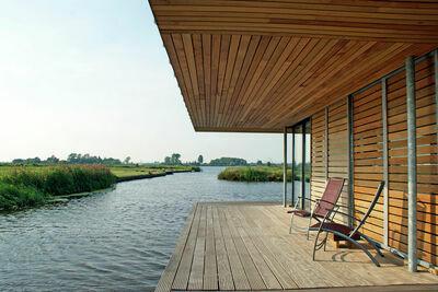 Superbe maison-bateau équipée d'un sauna à Goëngahuizen