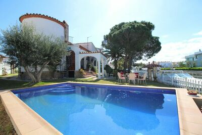 Maison de vacances confortable à Empuriabrava avec piscine privée, jardin et quai